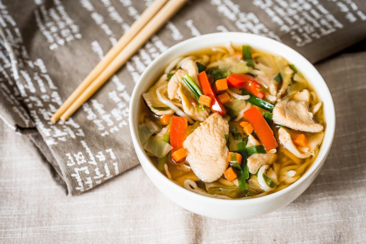 Sopa tailandesa con pollo y limoncillo